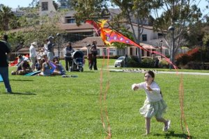 2009 Festival girl launches kite